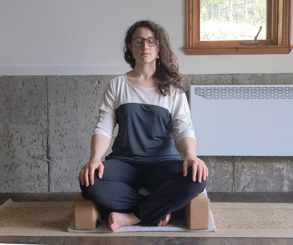 Posture de méditation sukhasana